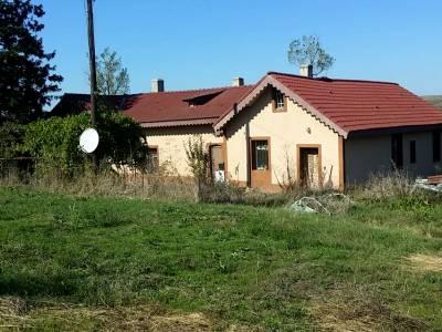 Conac in comuna Plesoi, ideal pentru casa de vacanta