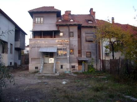 Casa situata langa Casa Armatei